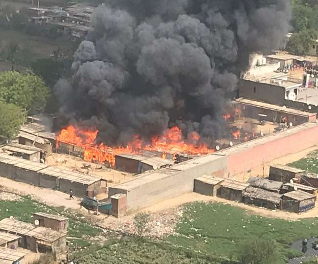 गाजियाबादः एक के बाद एक फटे 40 सिलेंडर, 100 से ज्यादा झुग्गियां हो गईं राख